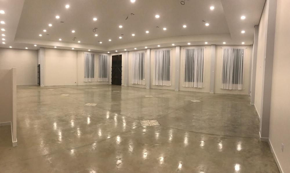 Salão principal do Espaço Imperial com iluminação embutida.