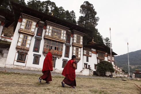 0040_monks_walking_outside_temple_in_bum
