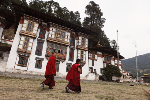 0040_monks_walking_outside_temple_in_bum