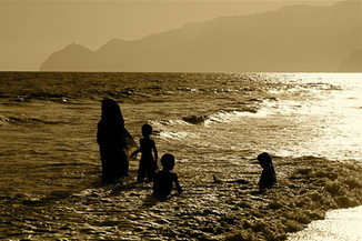 0051_Omani Family bathing. Salalah.jpg