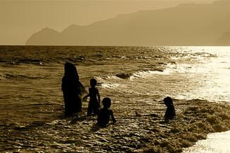 0051_Omani Family bathing. Salalah.jpg