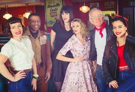 Aenia Smith photographe reporter Pure Vintage (au centre) et Spicy Strawberry aux côté de Mac Lesgy lors d'un tournage de l'émission E=M6