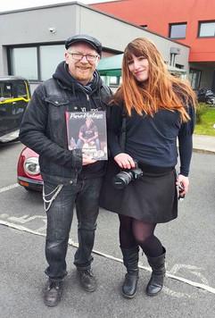 Aenia Smith, reporter photographe, avec l'un de nos lecteurs