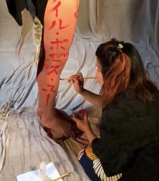 Calligraphier sur un corps humain ? Oui oui :)