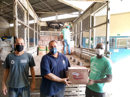 Sicoob Santa doa 100 cestas básicas e kits de higiene a cooperativas de reciclagem