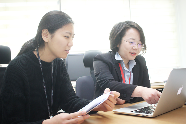 Dr. Kim & Dr. Choi having a discussion -