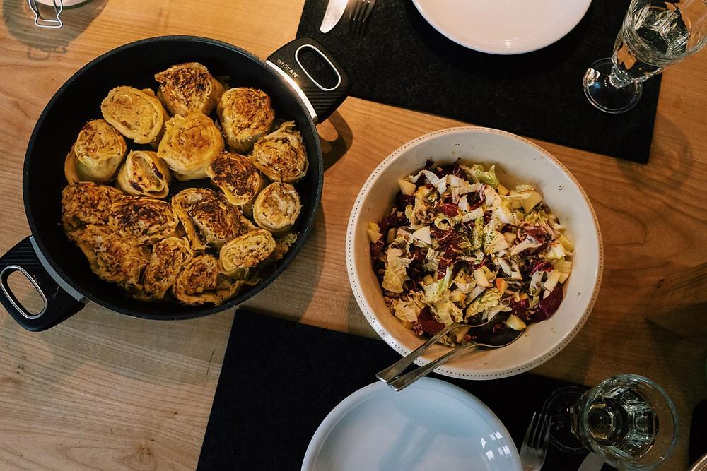 In unsrem Fall dunkelgold gebrutzelte Krapfen mit feinem Wintersalat