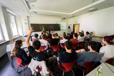 """Unter dem Namen """"The last Plastic Bag"""" veranstalten die drei Jungs Schulworkshops in Oberstufen."""