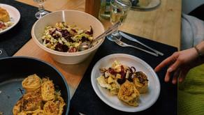 Feine vegetarische VonHier-Krautkrapfen mit buntem Wintersalat