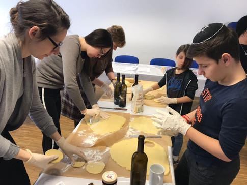 Purim Vorbereitung mit den Kindern der Gemeinde