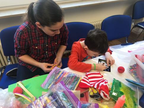 Purim Vorbereitung mit Kindern der Gemeinde