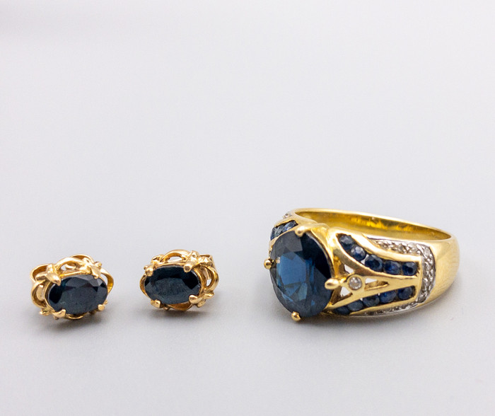 18 KT GOLD SAPPHIRE AND DIAMOND RING AND EARRINGS