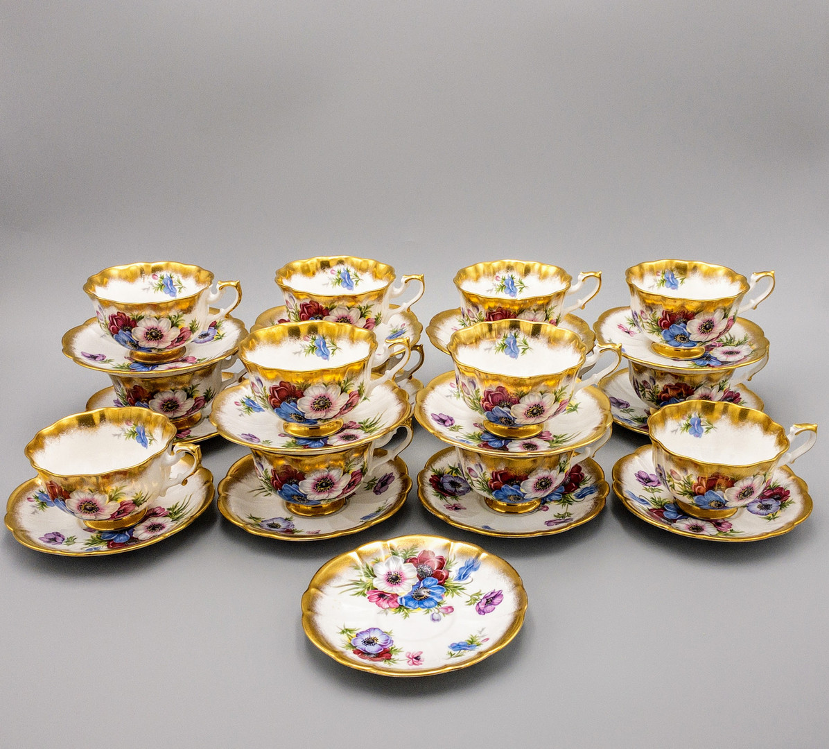 "Royal Albert Bone China in ""Gold Crest Series"""