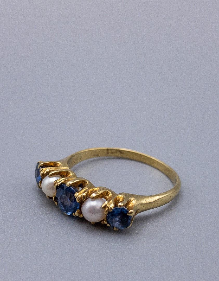 18 KT YELLOW GOLD RING SET WITH SAPPHIRES AND PEARLS