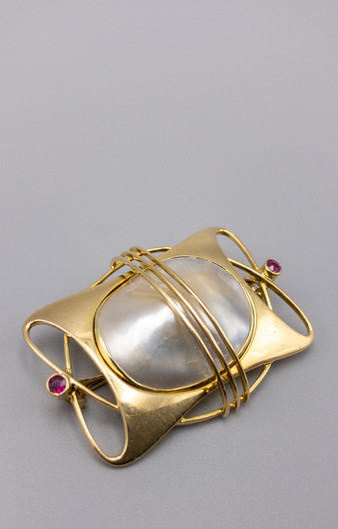 15 KT ART NOUVEAU BLISTER PEACH AND RUBY BROOCH