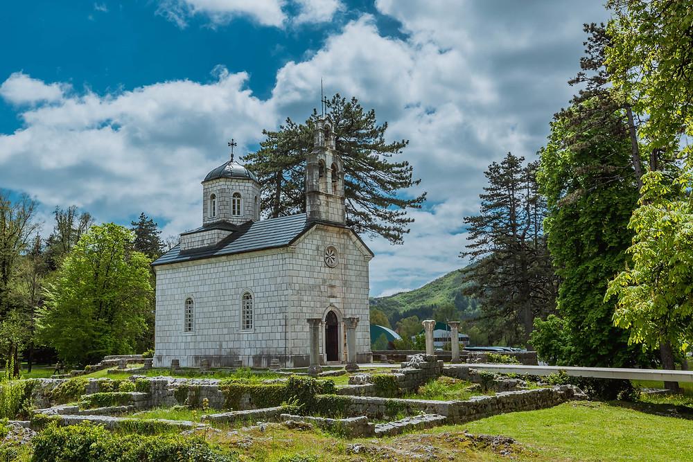Costruita sui resti dell'antico Monastero Crnojevic