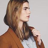 Model w brązowy żakiet