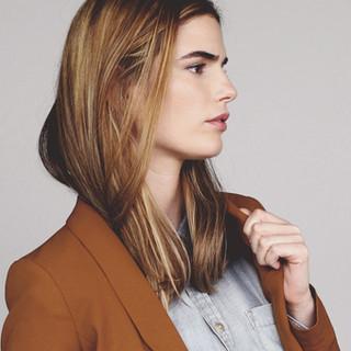 Modelo en chaqueta marrón