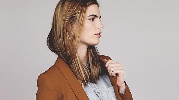 ブラウンのジャケットでモデル