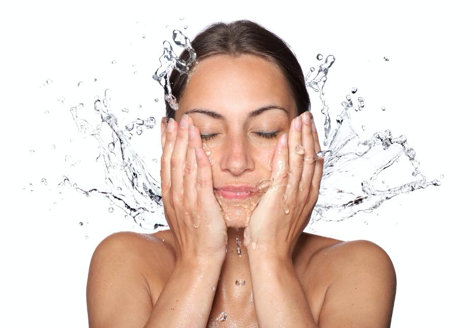 dry sking, womet watering her skin