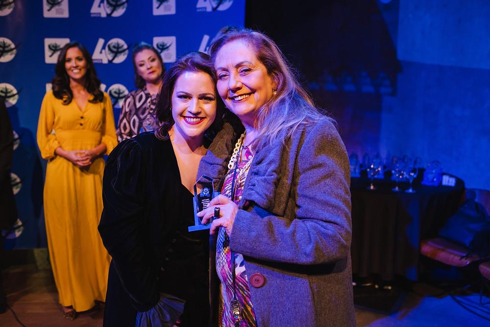Ellen Lamberg Carneiro Bond ( CRP - 08/689 ) recebendo a homenagem do CRP-PR