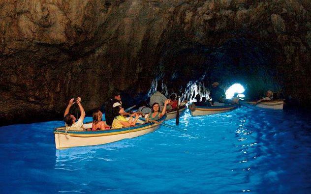 Barcas en el interior de la Gruta Azul - Sensi in Viaggio