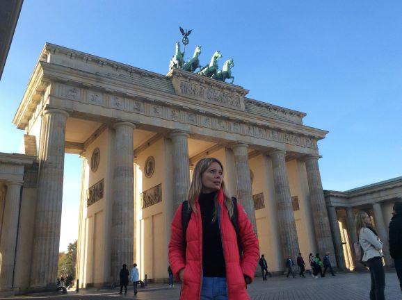 Adriana en la Puerta de Brandenburgo - Sensi in Viaggio