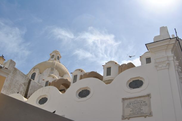 En Anacapri hay calles comerciales, y zonas turísticas muy concurridas. También hay barrios residenciales muy tranquilos, y senderos que te llevan a puntos panorámicos imponentes.