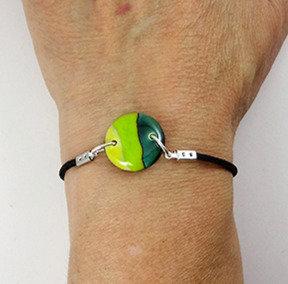 Petit bracelet en céramique rond vert rayures sur élastique