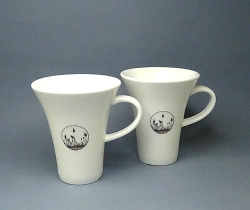 duo tasses à café en porcelaine blanche décorée motifs roseaux