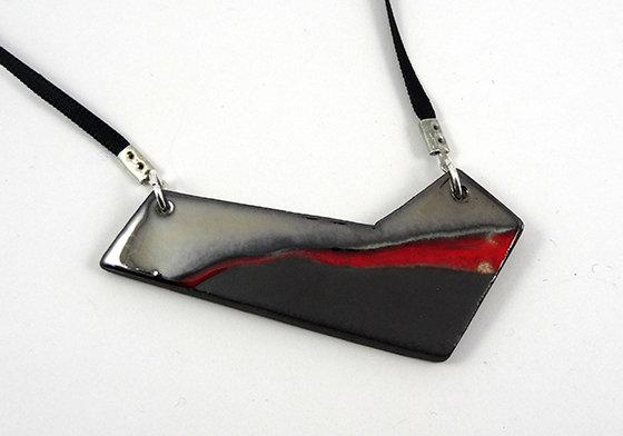 collier géométrique graphique oblique strates rouge et noir