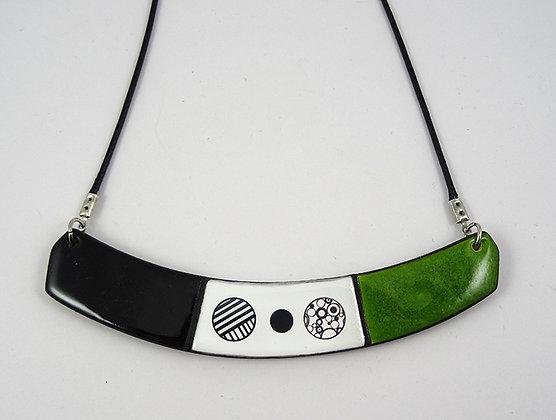 colier plastron vert noir blanc graphique dessins ronds fins