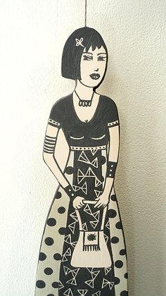 sculpture plate femme bad girl avec robe graphique noir et blanc