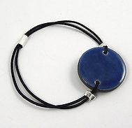 Bracelet rond bleu plat en céramique sur élastique