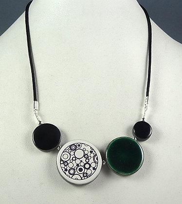 collier éméraude avec motifs noie et blanc bulles rondes