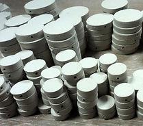 perles blanches en céramique dans l'atelier de bijoux Pili-Pok croix-rousse