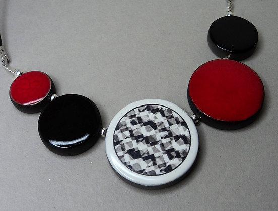 gros collier rouge noir motifs blanc bijou design céramique femme