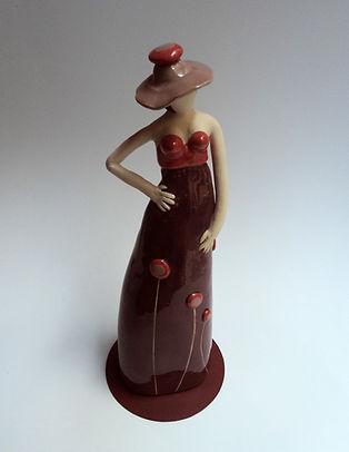 PiliPok | Statuette femme rouge,sculpture céramique,artiste lyonnais,robe rouge,créateur,modelage contemporain, femme avec chapeau