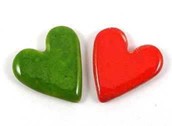 Fèves épiphanie artisanales forme coeur orange vert en céramique