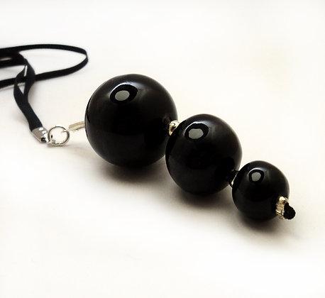 pendentif billes noires en céramique sur sautoir chic pour femme