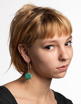jeune femme blonde avec boucles d'oreilles rond turquoise bijou