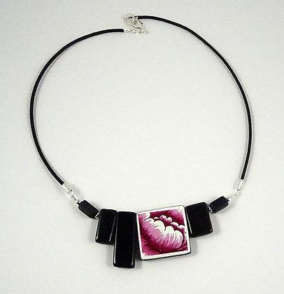 collier chic contemporain en céramique perles carrées noir et dessin floral rose fuschia