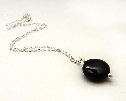 petit collier rond noir chic en céramique sur chainette argent