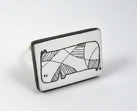 bague noir blanc rectangle dessin animal bijou design contemporain céramique