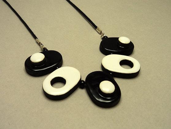 collier graphique noir et blanc avec perles en céramique