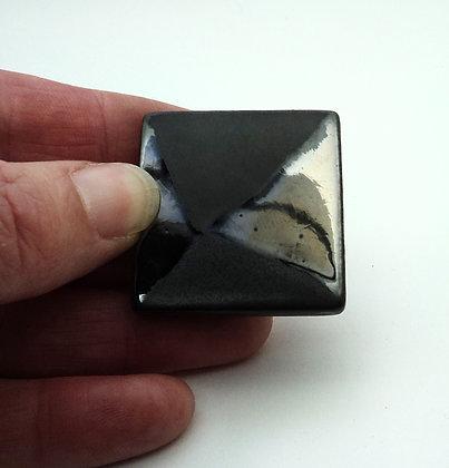 bijou contemporain graphique en céramique couleur métal