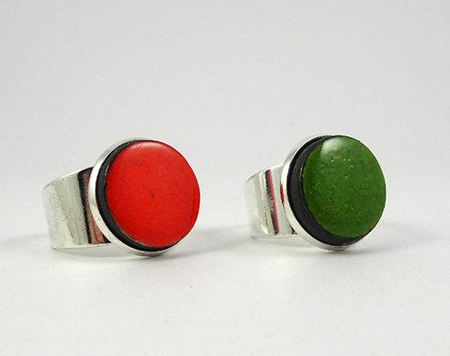 Petite Bague ronde orange vert en céramique sertie réglable