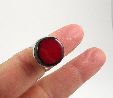 petite bague ronde sertie sur métal argenté pierre céramique