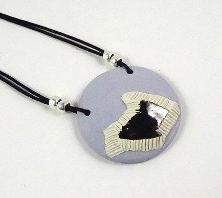 pendentif collier rond bleu pastel blanc noir en céramique