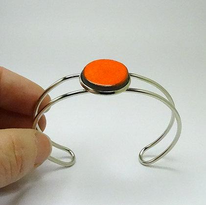 bracelet jonc métal argenté et pierre céramique ronde orange